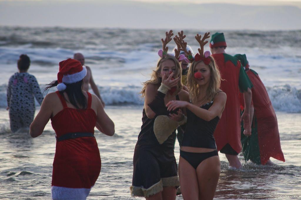 Christmas Swim en Porthcawl, Gales. (foto: Peter Morgan)