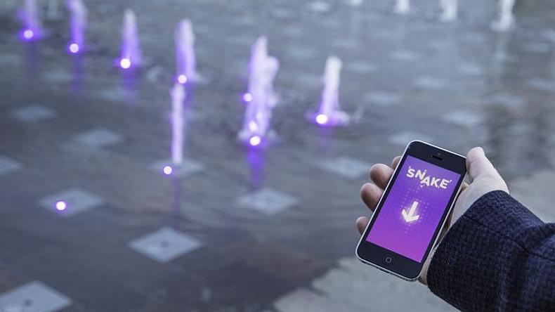 juego serpiente en Granary Square, en King's Cross (Londres)