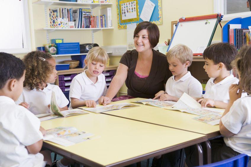 profesor escuela con alumnos