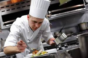 Chef preparando un plato en la cocina de un restaurante