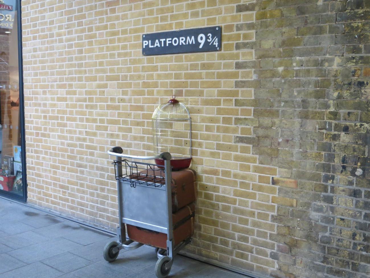 La Plataforma 9 de la estación de King's Cross, en Londres, representando la mítica escena de Harry Potter