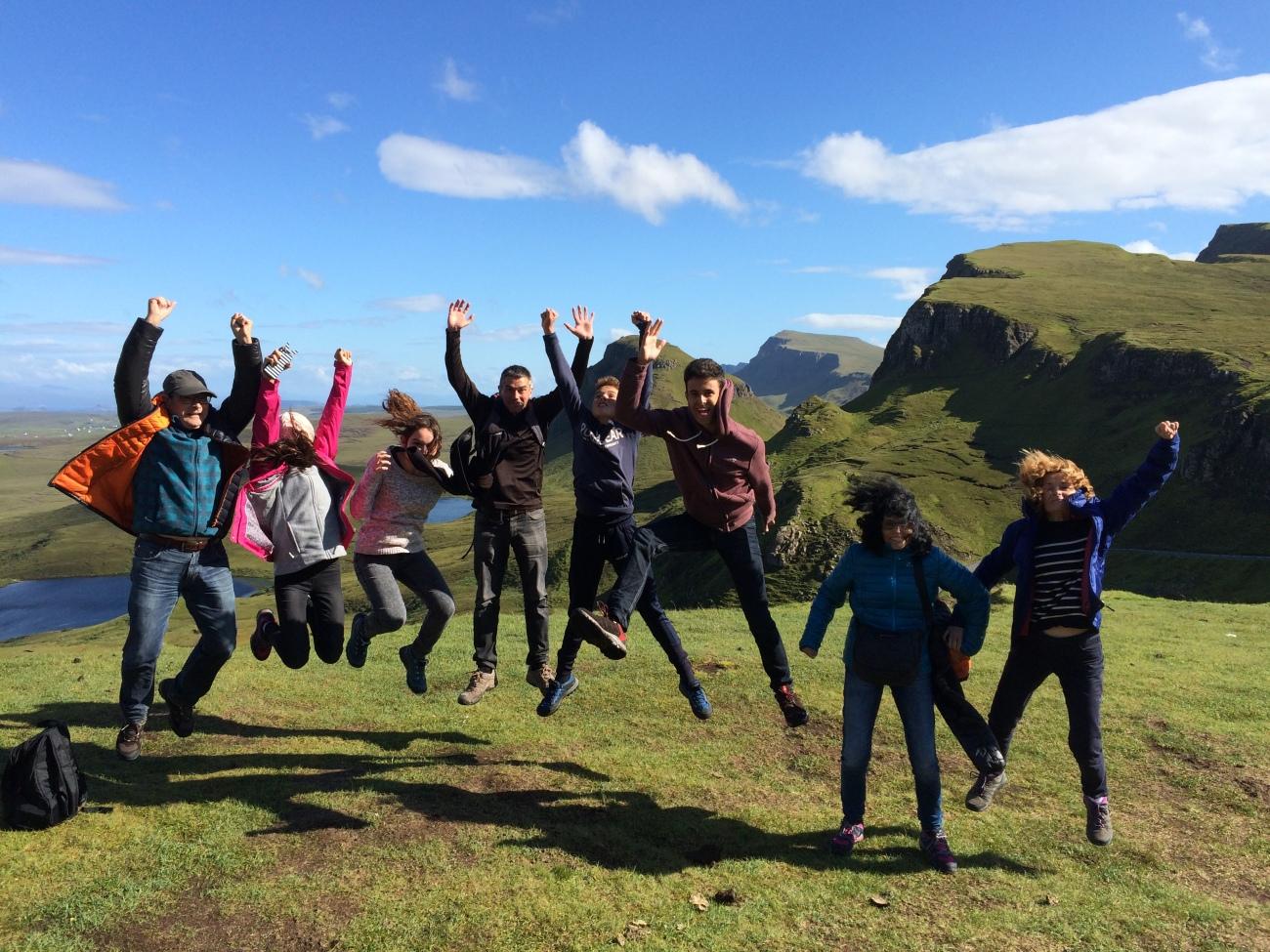 Grupo de turistas en la isla de Skye guiado por Escocia Tours