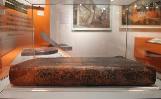 Libro encuadernado con piel humana en el museo M Shed de Bristol