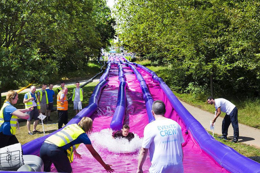 Tobogán inflable de agua en el Summer Festival de Londres