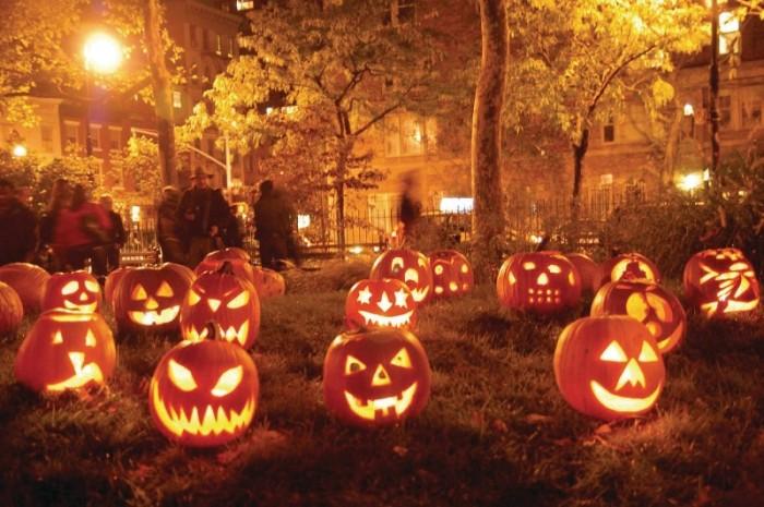 calabazas-de-halloween-encendidas-en-un-jardin