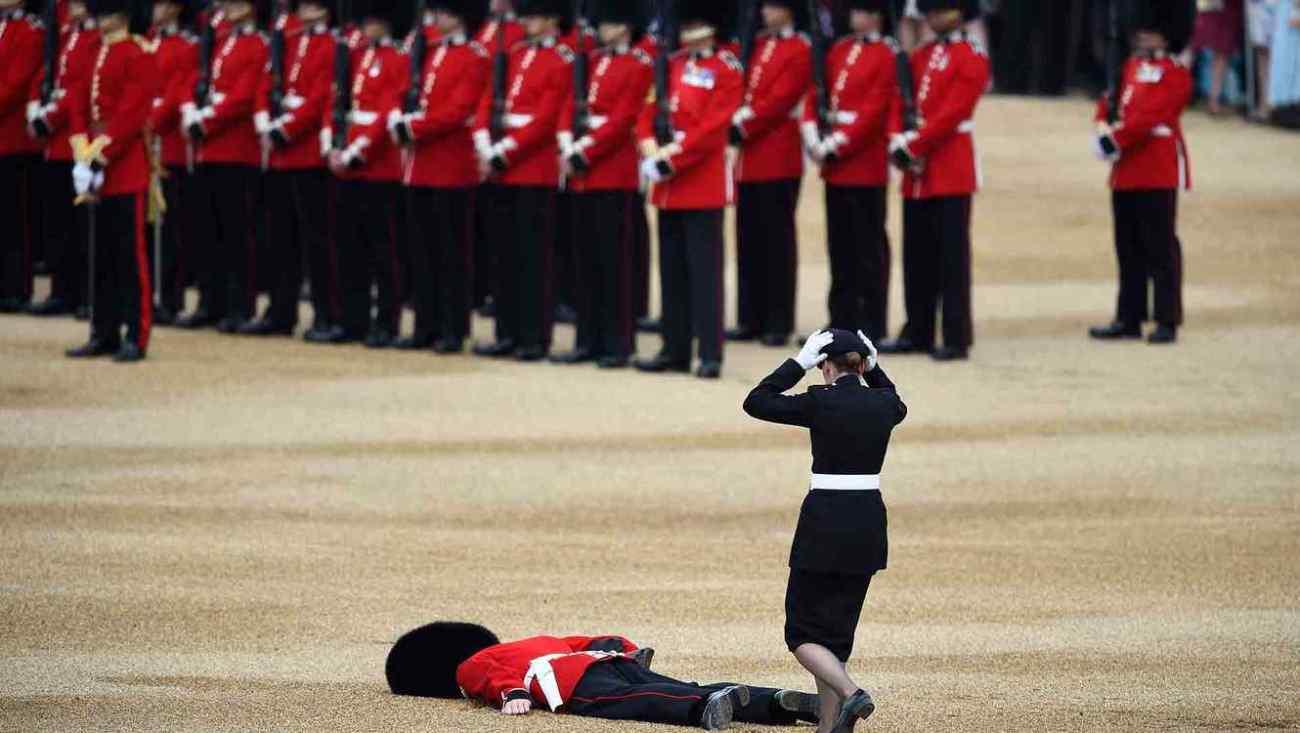 Desmayo de un guardia real ingles durante la celebración del 90º cumpleaños de la reina Isabel II