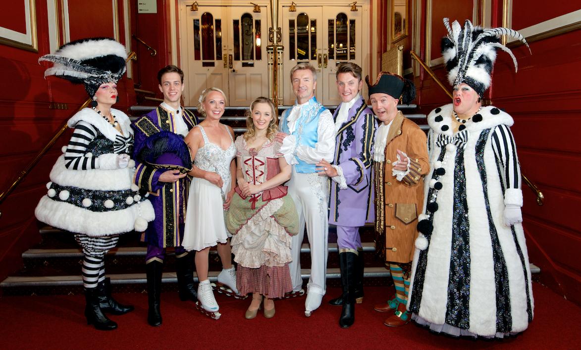 Los participantes en la obra 'Cinderella' del Hippodrome