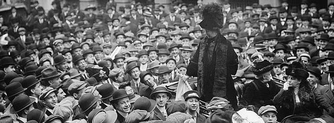 Emmeline Pankhurst reivindicando el derecho de las mujeres.