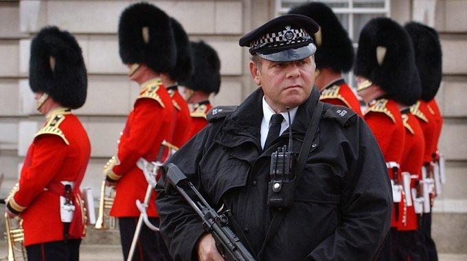 Policía en el Buckingham Palace