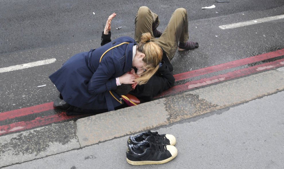 mujer ayuda ataque londres
