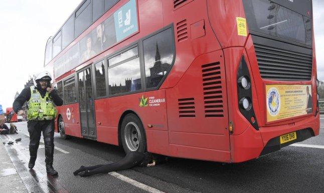 mujer debajo autobús ataque londres