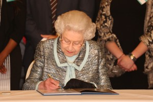 La reina de inglaterra firmando