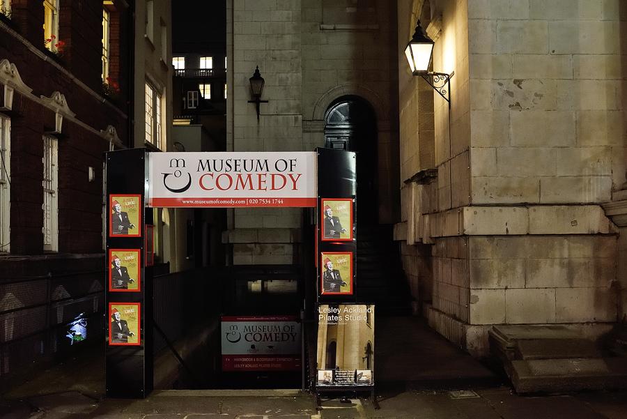 Monlógos en Museum of Comedy, una antigua iglesia de Londres