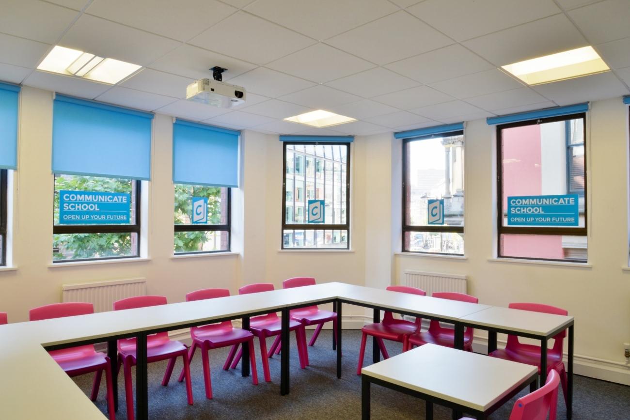 Una de las aulas de la academia de inglés Communicate School, en Manchester